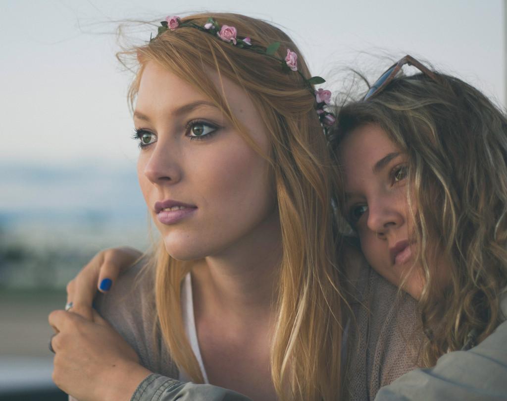 zwei Frauen aneinander gelehnt