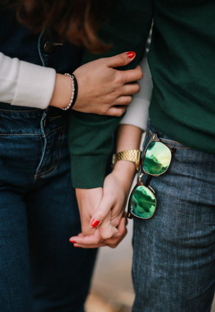 zwei Frauen halten Händchen