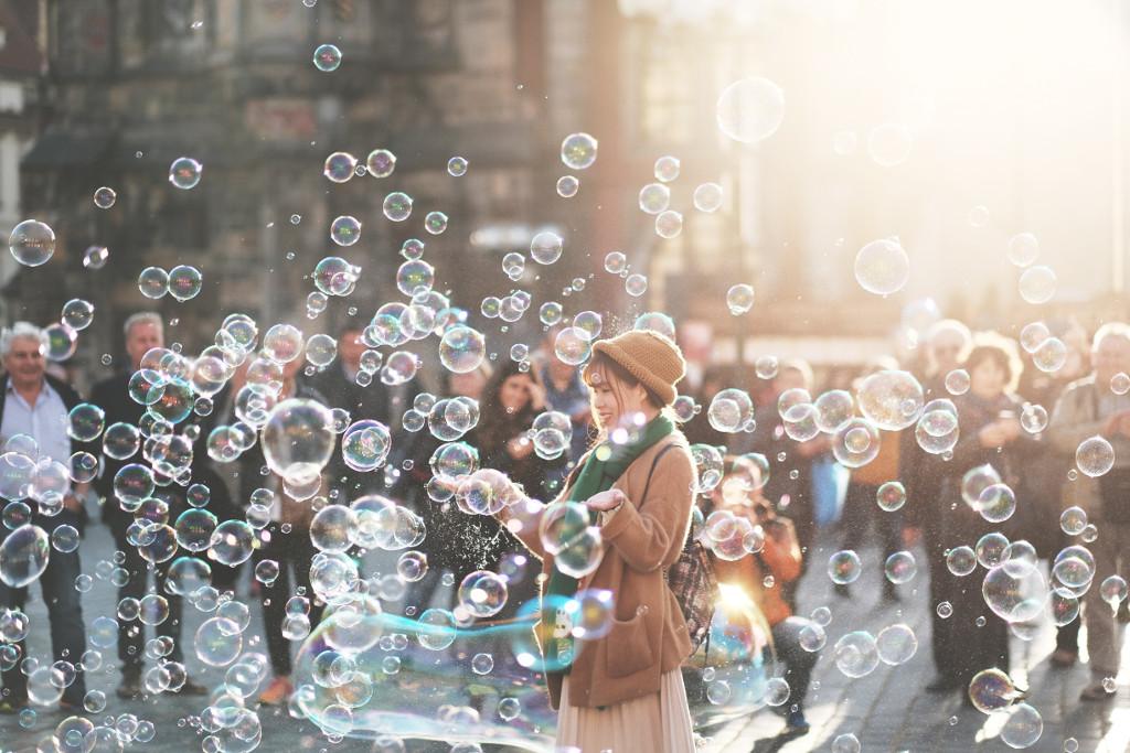 Frau umhüllt von Seifenblasen