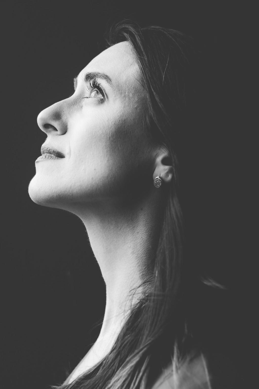 Frau schaut zuversichtlich hoch
