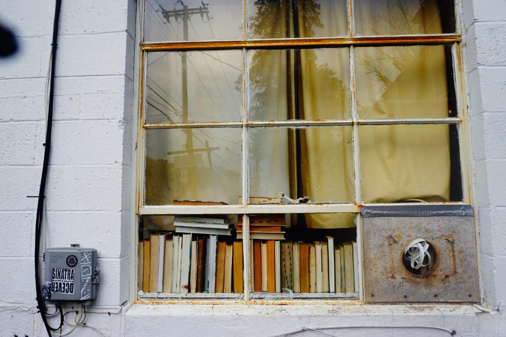 Fensterfront mit Büchern