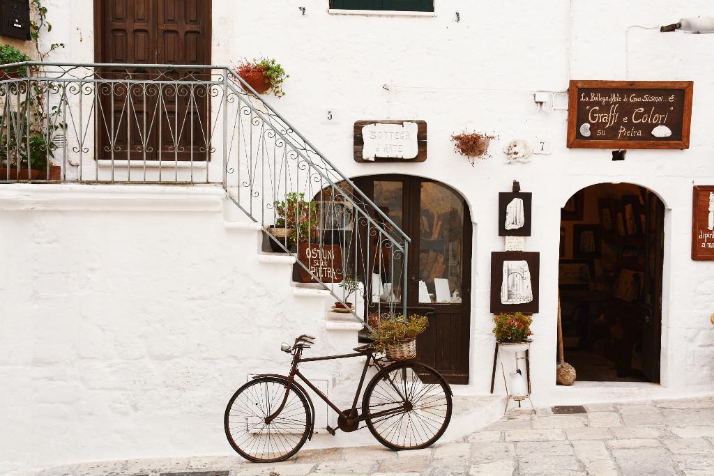 Fahrrad lehnt vor Treppe