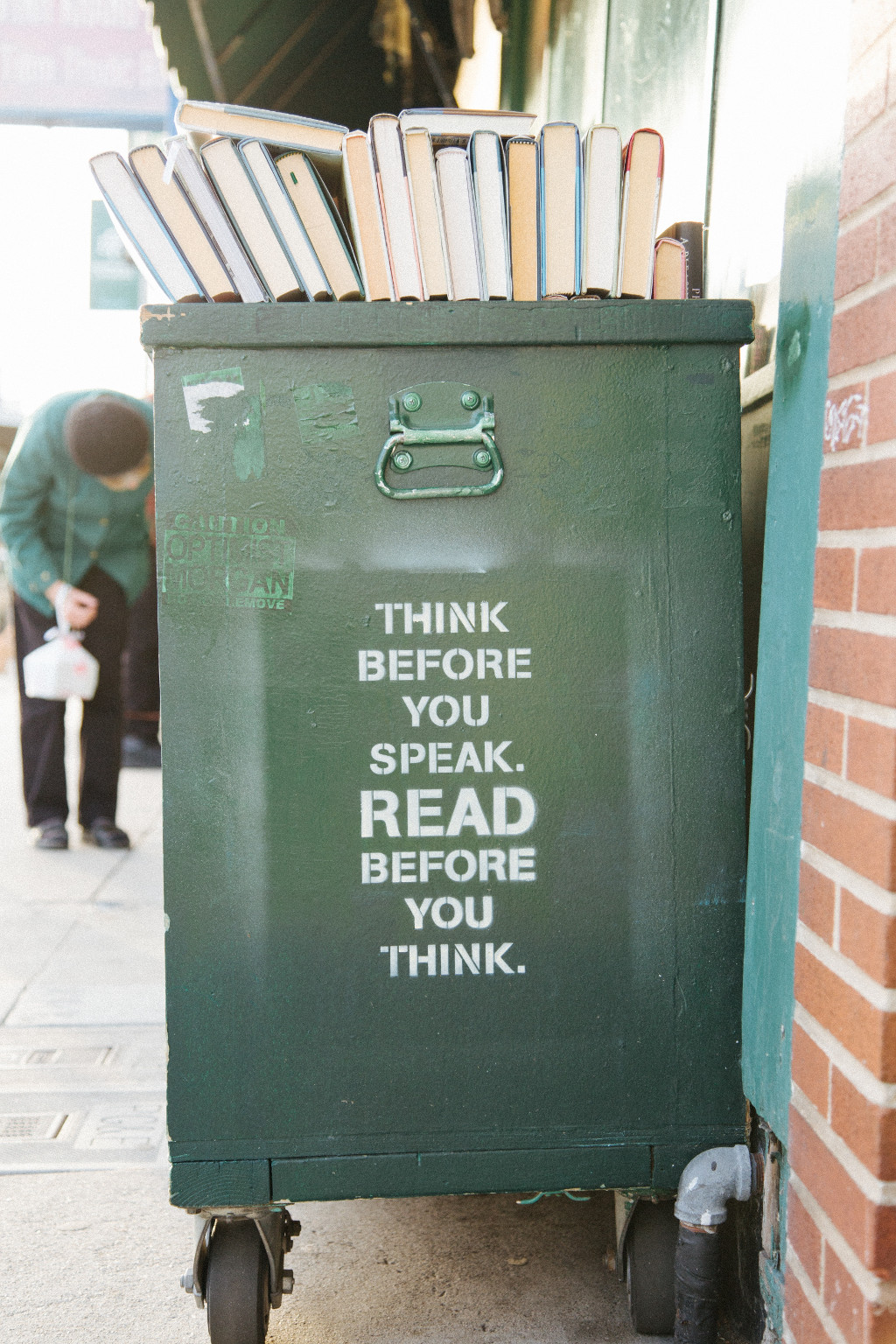 Mülleimer mit Beschriftung: Think before you speak, read before you think