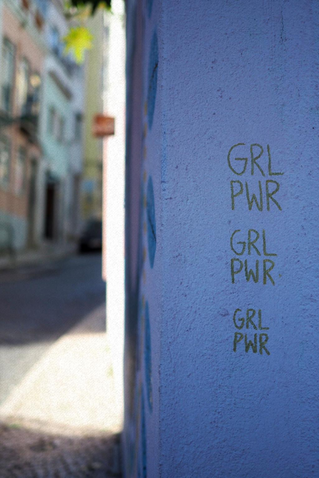 """Wand mit Beschriftung """"girl power"""""""