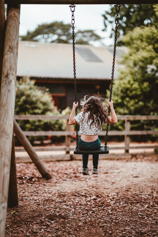 Kind allein auf der Schaukel