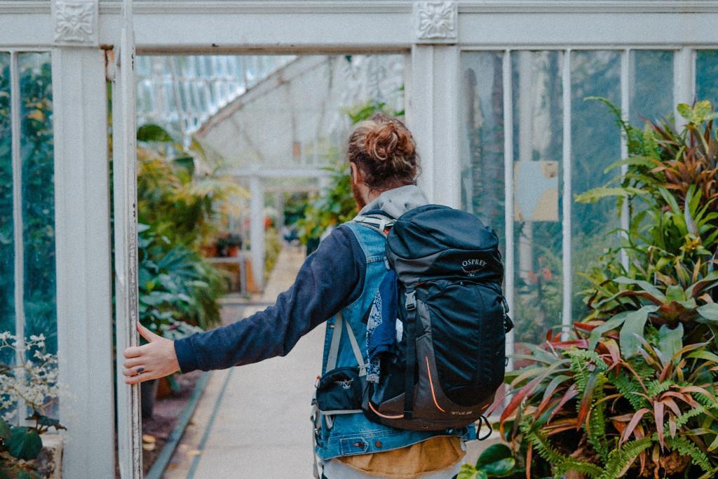 Mann betritt botanischen Garten