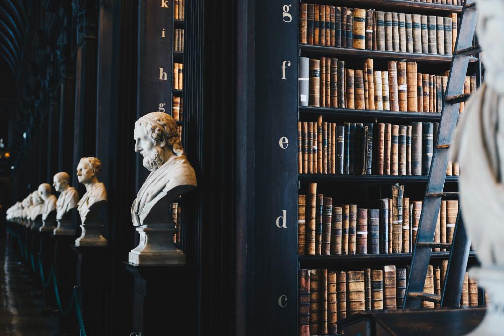 Bücherregal und Büste in einer Bibliothek
