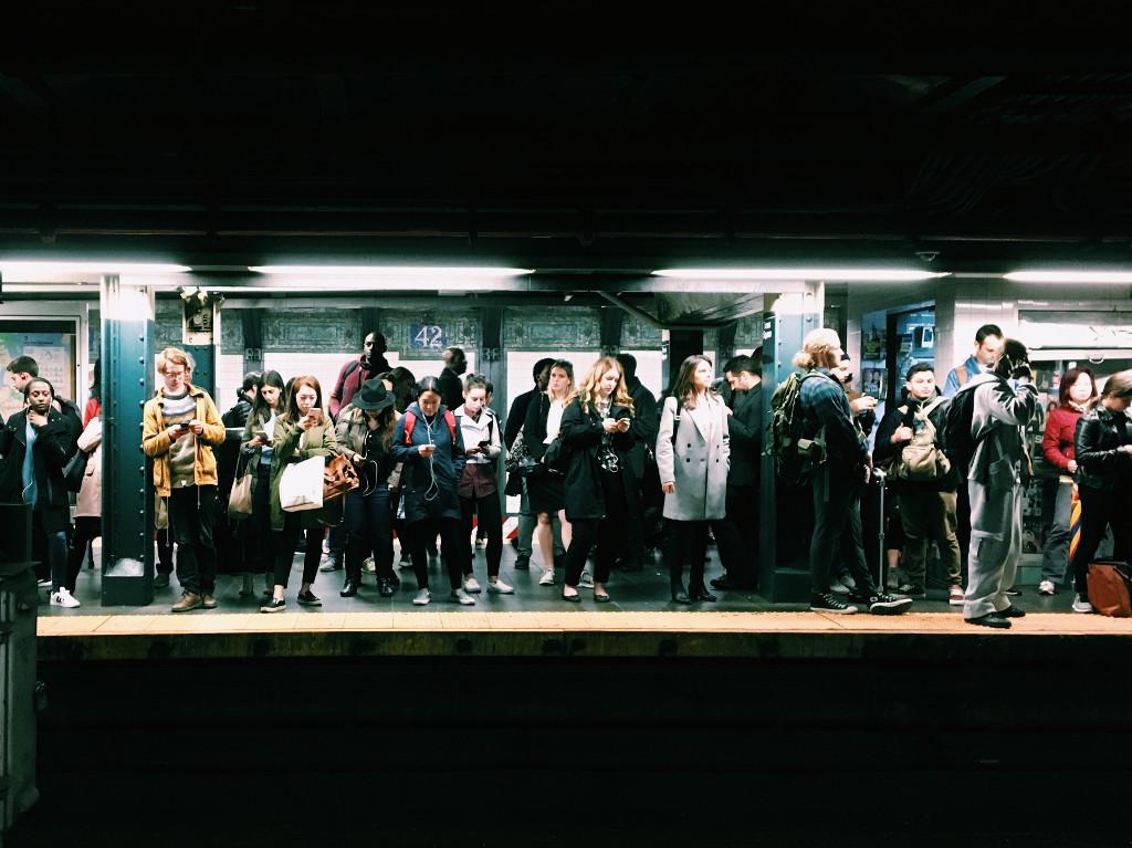 viele Menschen warten auf die U-Bahn