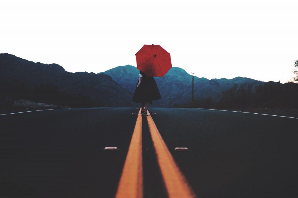 Frau mit rotem Regenschirm