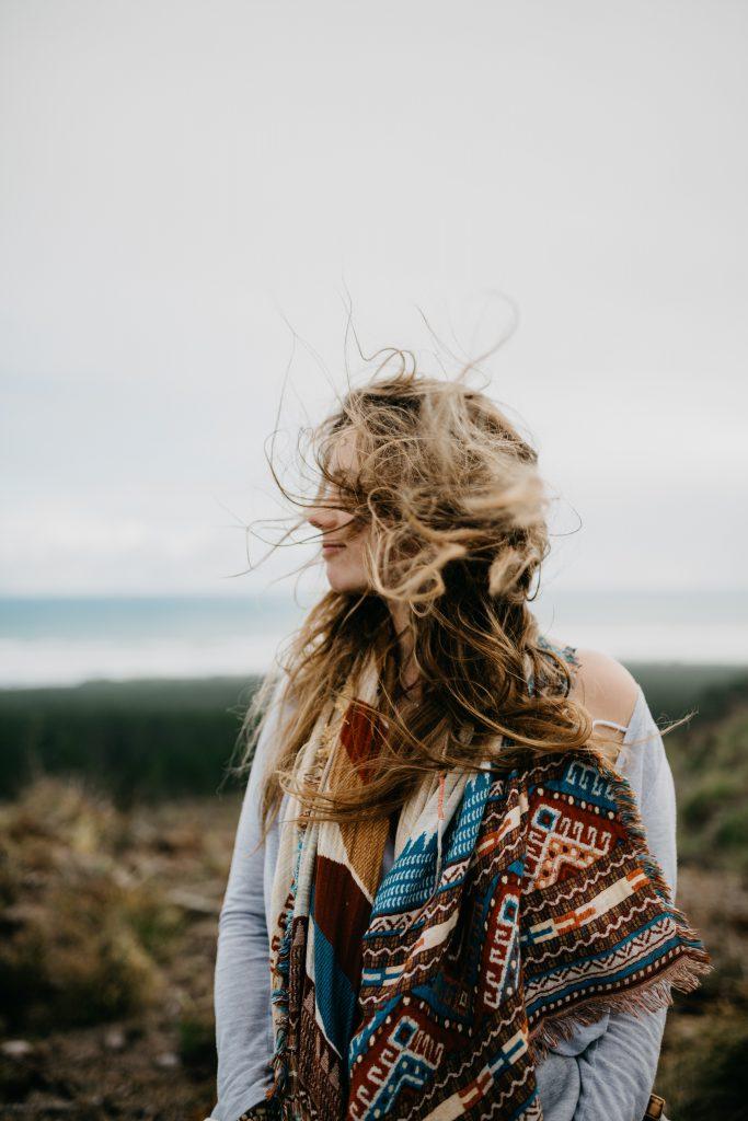 Haare einer Frau wehen im Wind