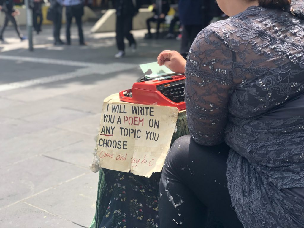 Frau schreibt Gedichte auf Schreibmaschine