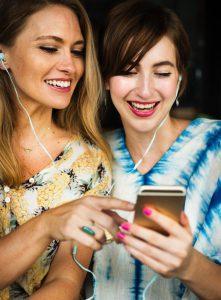 Zwei Frauen mit Kopfhörern