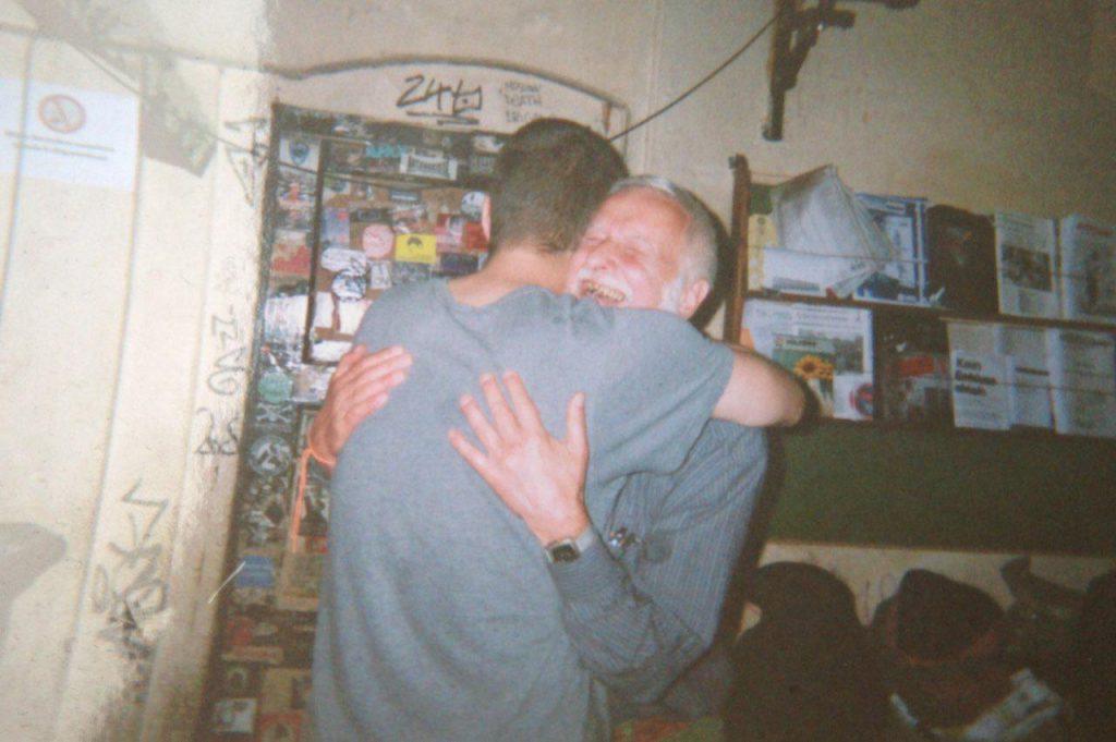 zwei scih umarmende Menschen