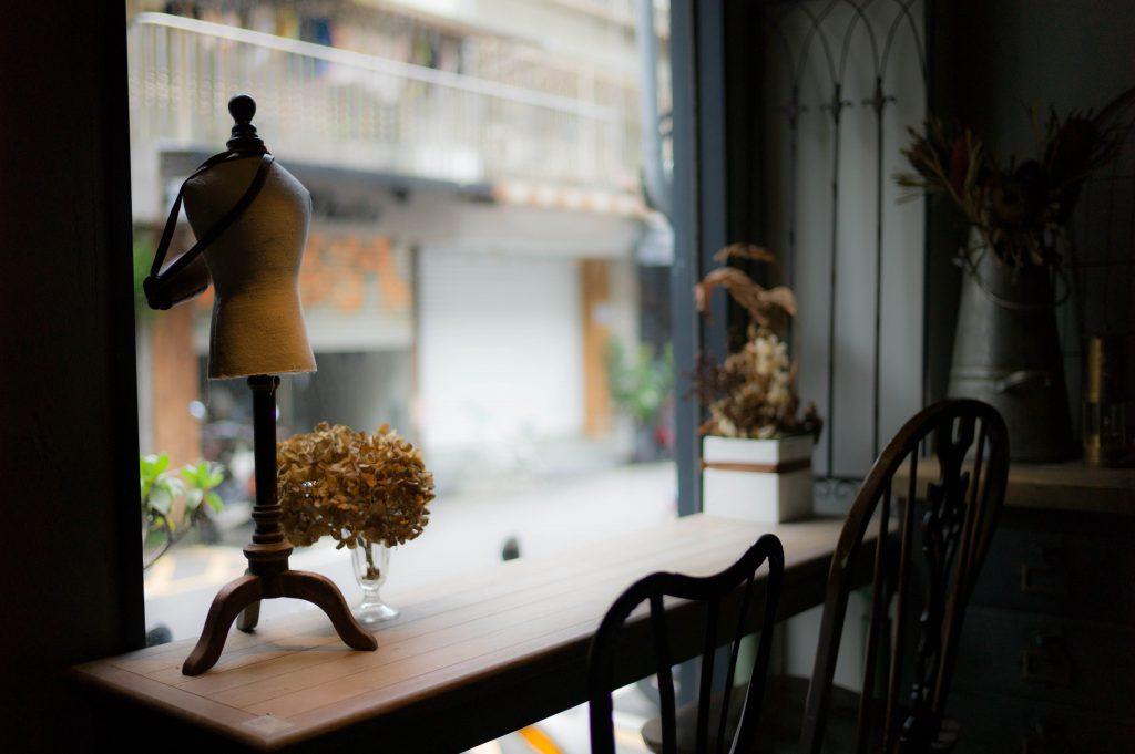 Tisch im Fenster