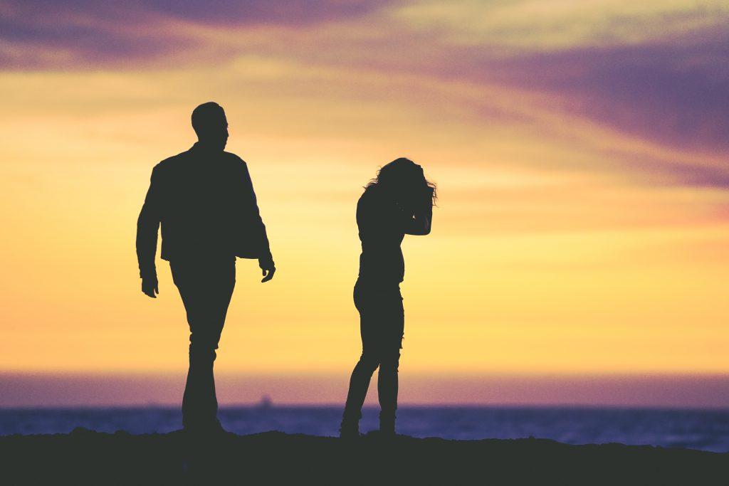 Frau und Mann vor Sonnenuntergang