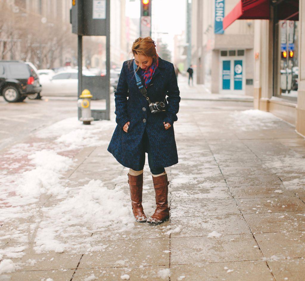 Frau steht in der Kälte