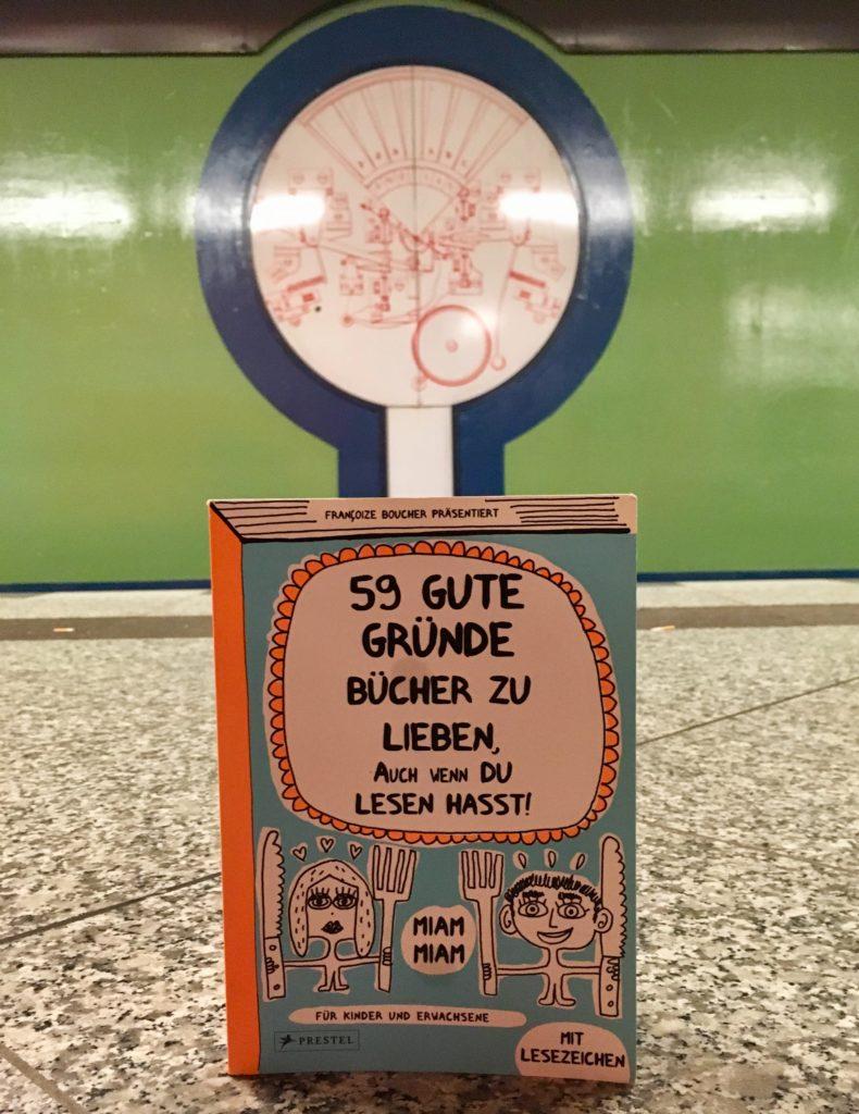 buntes Buch auf Bahnsteig
