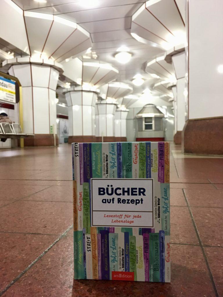 Buch im U-Bahnhof Spandau