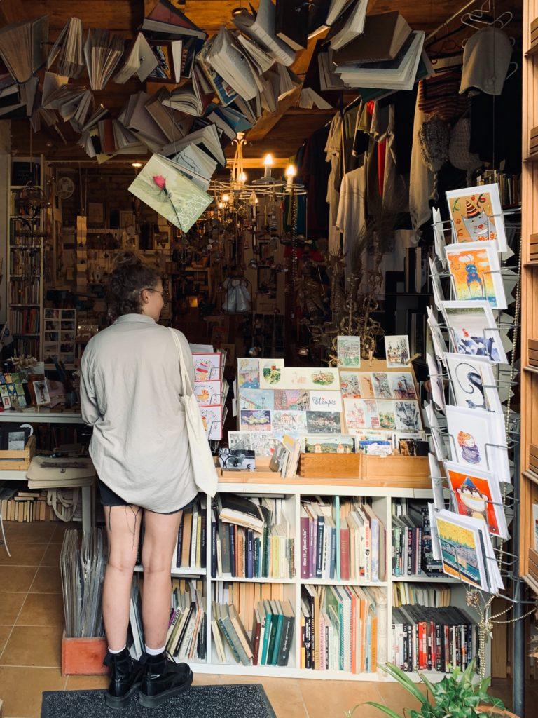 Im Buchladen shoppen